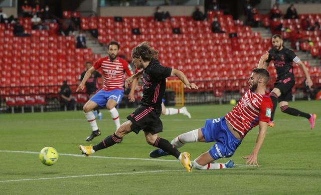 Thắng dễ Granada, Real Madrid áp sát ngôi đầu La Liga - Ảnh 1.