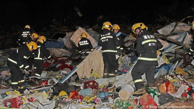Hai trận lốc xoáy càn quét Trung Quốc khiến 7 người thiệt mạng, hàng trăm người bị thương - Ảnh 1.