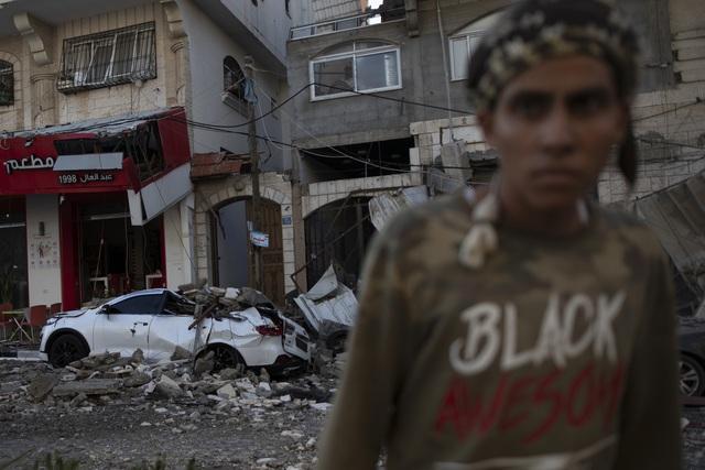 Người dân chật vật tìm nơi trú ẩn trong cơn ác mộng xung đột Dải Gaza - Ảnh 1.