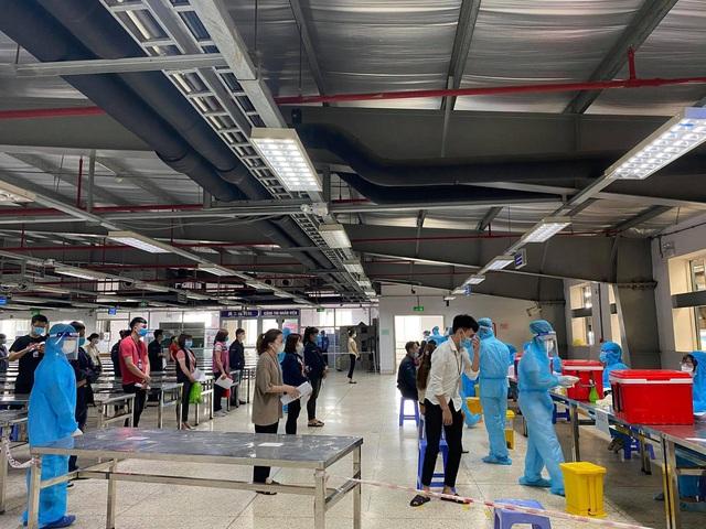 Nhân viên y tế chạy đua với thời gian lấy mẫu xét nghiệm SARS-CoV-2 cho gần 80.000 công nhân - Ảnh 2.