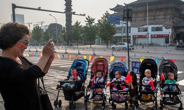 Tỉ lệ sinh giảm mạnh, Trung Quốc lo ngại già hóa dân số  - Ảnh 1.
