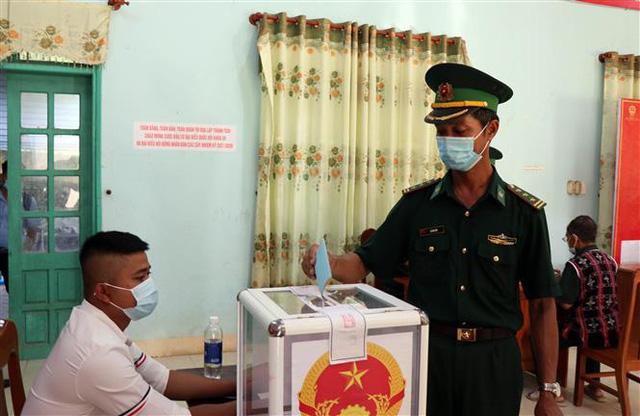 Cử tri 6 xã huyện Nam Giang (Quảng Nam) phấn khởi đi bỏ phiếu trong ngày bầu cử sớm - Ảnh 3.
