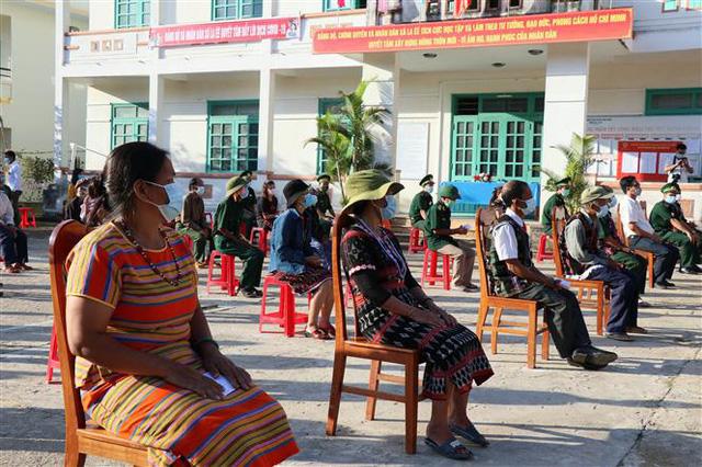 Cử tri 6 xã huyện Nam Giang (Quảng Nam) phấn khởi đi bỏ phiếu trong ngày bầu cử sớm - Ảnh 2.