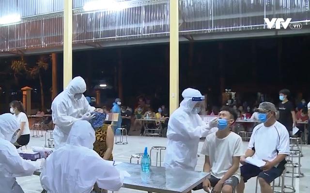 Bắc Ninh xuyên đêm xét nghiệm sàng lọc COVID-19 cho 22.000 công nhân - Ảnh 1.