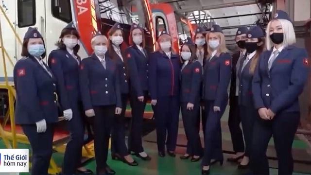 Phụ nữ Nga được phép lái tàu điện ngầm - Ảnh 1.