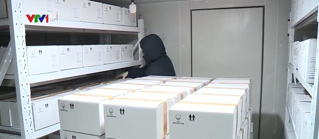 Gần 1,7 triệu liều vaccine COVID-19 vừa về Việt Nam được bảo quản như thế nào? - Ảnh 1.