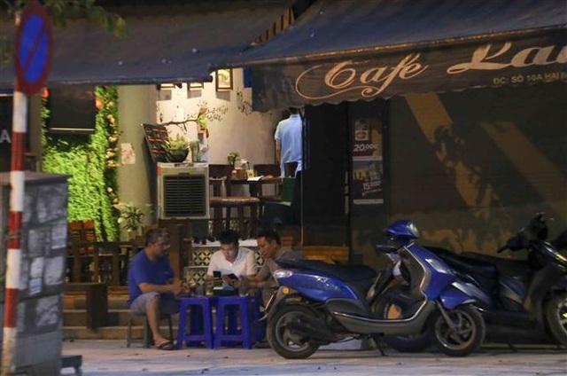 Hà Nội: Nhiều người dân vẫn chủ quan trong phòng, chống dịch COVID-19 - Ảnh 5.
