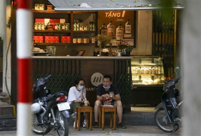 Hà Nội: Nhiều người dân vẫn chủ quan trong phòng, chống dịch COVID-19 - Ảnh 7.