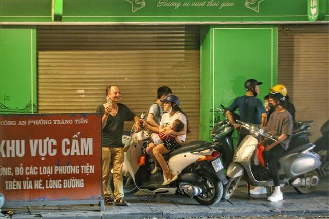 Hà Nội: Nhiều người dân vẫn chủ quan trong phòng, chống dịch COVID-19 - Ảnh 4.