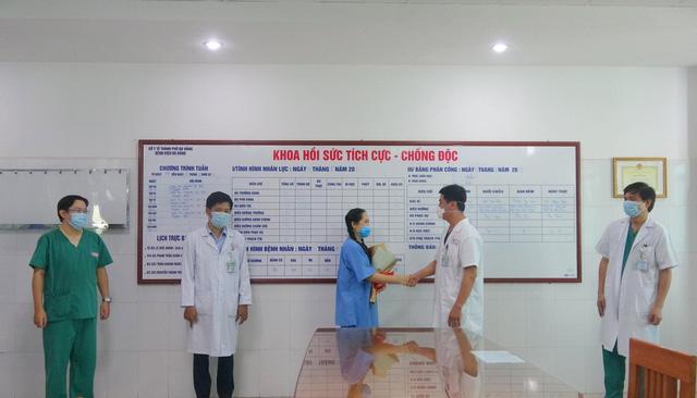 Nữ điều dưỡng sốc phản vệ sau tiêm vaccine COVID-19 đã xuất viện - Ảnh 1.