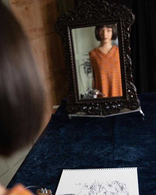 Robot Aida công bố những bức chân dung tự họa đầu tiên - Ảnh 1.