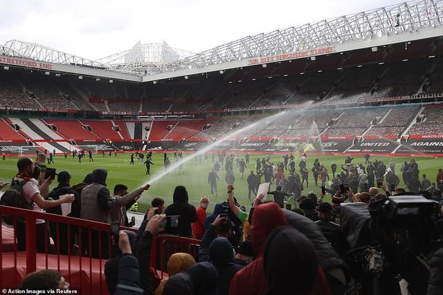 CĐV náo loạn sân Old Trafford, đại chiến MU - Liverpool nguy cơ bị hoãn - Ảnh 9.
