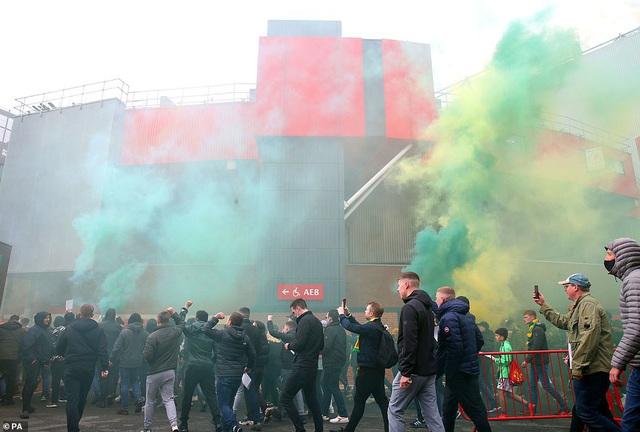 CĐV náo loạn sân Old Trafford, đại chiến MU - Liverpool nguy cơ bị hoãn - Ảnh 8.