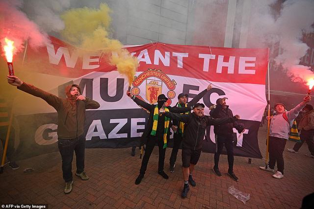 CĐV náo loạn sân Old Trafford, đại chiến MU - Liverpool nguy cơ bị hoãn - Ảnh 7.