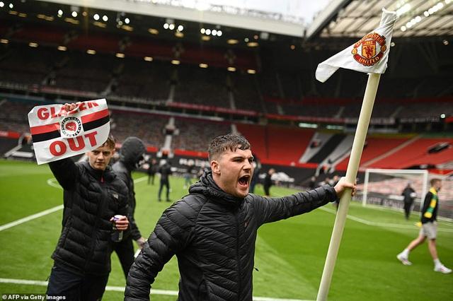 CĐV náo loạn sân Old Trafford, đại chiến MU - Liverpool nguy cơ bị hoãn - Ảnh 6.