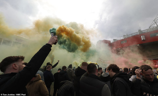 CĐV náo loạn sân Old Trafford, đại chiến MU - Liverpool nguy cơ bị hoãn - Ảnh 5.