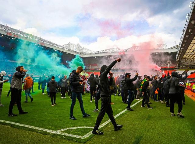 CĐV náo loạn sân Old Trafford, đại chiến MU - Liverpool nguy cơ bị hoãn - Ảnh 3.