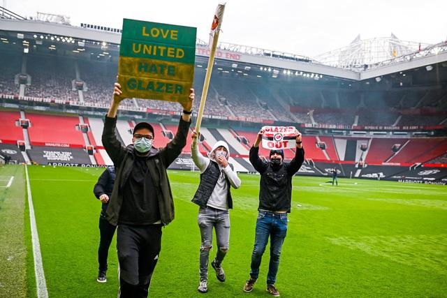 CĐV náo loạn sân Old Trafford, đại chiến MU - Liverpool nguy cơ bị hoãn - Ảnh 2.