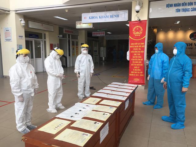 Bộ Y tế giám sát chặt chẽ việc bầu cử tại các bệnh viện đang cách ly - Ảnh 4.