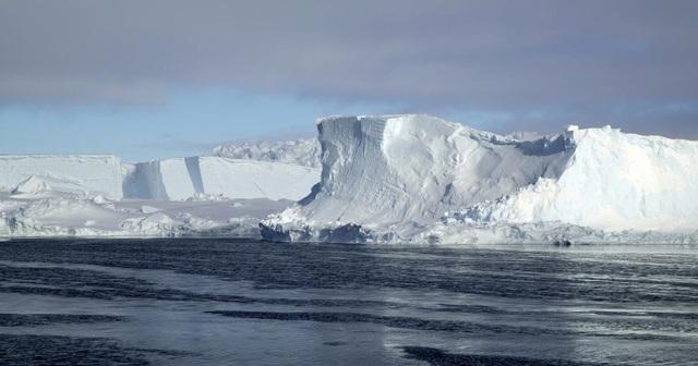 Tảng băng trôi lớn nhất thế giới vỡ ra từ thềm Nam Cực - ảnh 1