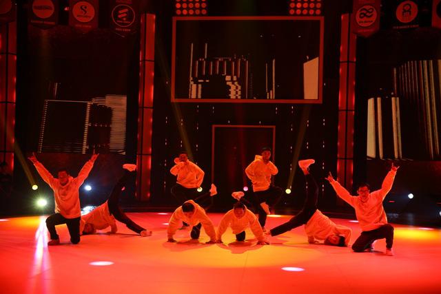 Nhóm nhảy siêu Việt mở mản ấn tượng - Ảnh 4.