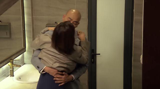Hương vị tình thân - Tập 26: Long bắt quả tang Nam tình tứ với bạn mình |  VTV.VN