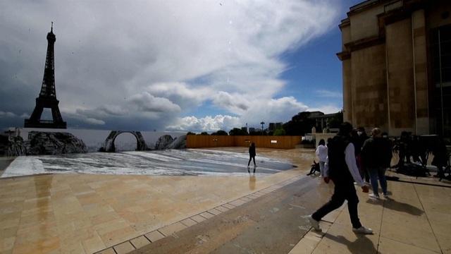 Nghệ thuật sắp đặt 3D chào mừng Tháp Eiffel sắp đón khách trở lại - ảnh 2