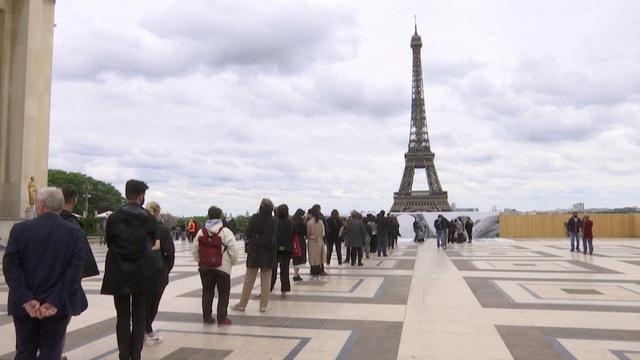 Nghệ thuật sắp đặt 3D chào mừng Tháp Eiffel sắp đón khách trở lại - ảnh 7