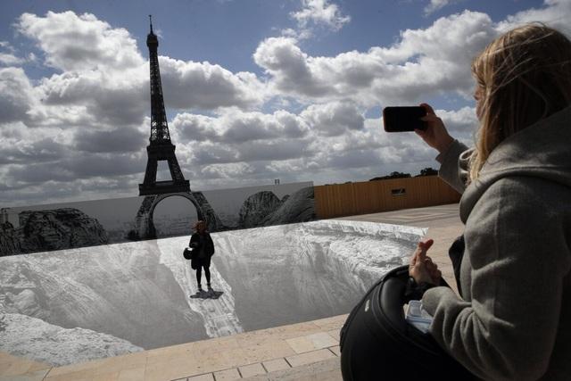 Nghệ thuật sắp đặt 3D chào mừng Tháp Eiffel sắp đón khách trở lại - ảnh 6