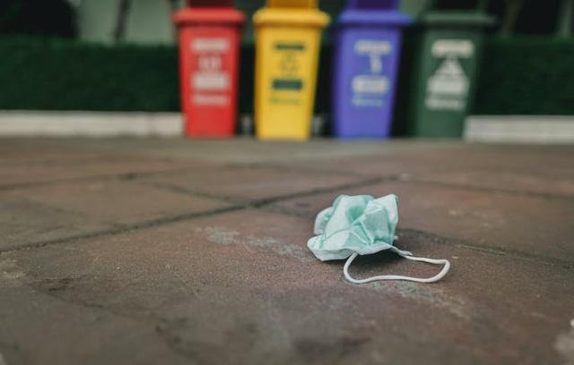 COVID-19: Vứt bỏ khẩu trang, găng tay thế nào cho an toàn? - Ảnh 1.
