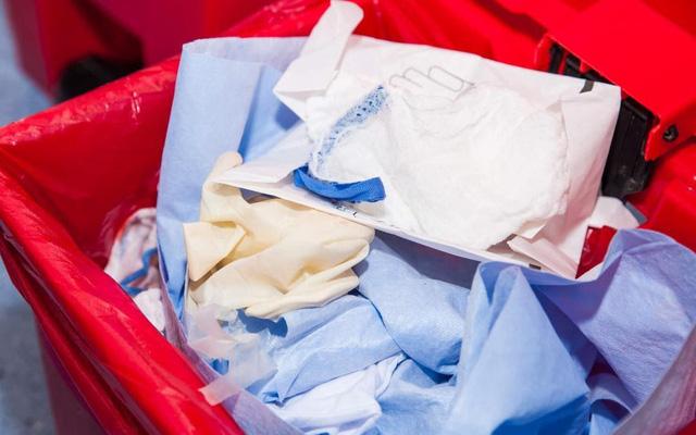 COVID-19: Vứt bỏ khẩu trang, găng tay thế nào cho an toàn? - Ảnh 2.