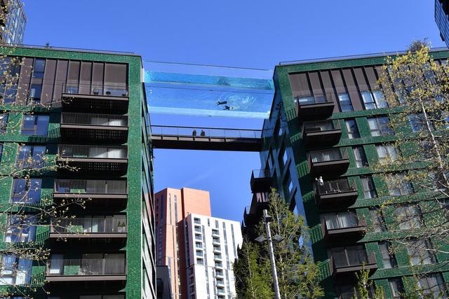 """Độc đáo, """"hồ bơi giữa trời"""" vắt ngang 2 tòa nhà ở London (Anh) - ảnh 1"""