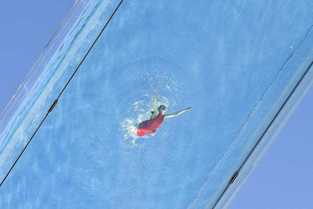"""Độc đáo, """"hồ bơi giữa trời"""" vắt ngang 2 tòa nhà ở London (Anh) - ảnh 2"""