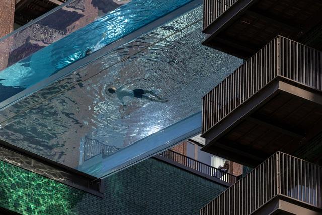 """Độc đáo, """"hồ bơi giữa trời"""" vắt ngang 2 tòa nhà ở London (Anh) - ảnh 3"""
