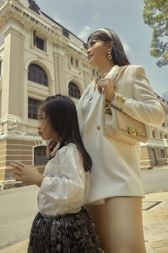 """Mẹ con Á hậu Diễm Trang """"chất lừ"""" trong bộ ảnh streetstyle - ảnh 3"""