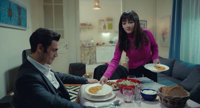 Trái cấm: Cắm sừng người yêu nhưng Alihan vẫn phá rối khi nghĩ Zeynep có bạn trai mới - Ảnh 4.