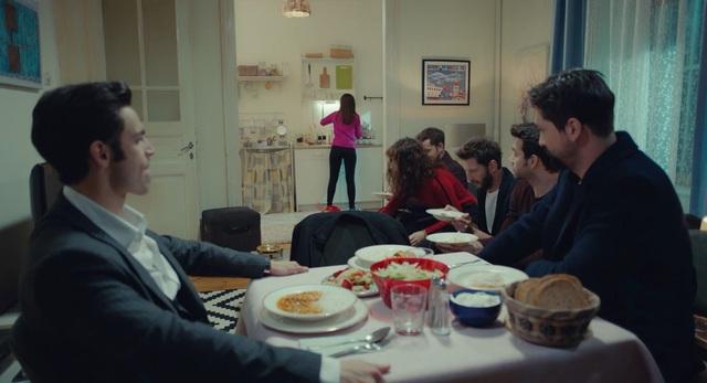Trái cấm: Cắm sừng người yêu nhưng Alihan vẫn phá rối khi nghĩ Zeynep có bạn trai mới - Ảnh 7.