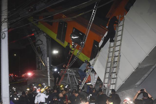 Cầu vượt đường sắt đổ sập tại thủ đô Mexico, ít nhất 23 người thiệt mạng - Ảnh 1.