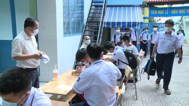 Thầy trò TP Hồ Chí Minh tăng tốc để kết thúc năm học sớm, học sinh lớp 5 hoàn thành bài thi cuối kỳ - Ảnh 4.