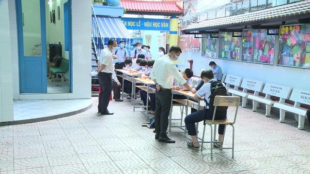 Thầy trò TP Hồ Chí Minh tăng tốc để kết thúc năm học sớm, học sinh lớp 5 hoàn thành bài thi cuối kỳ - Ảnh 7.