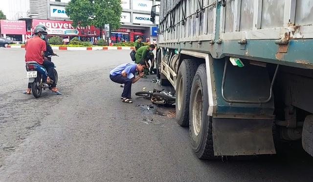 Xe tải va chạm với xe máy, một học sinh lớp 12 tử vong - Ảnh 1.