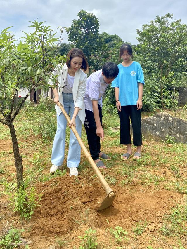 Hồng Diễm phim Hướng dương ngược nắng cuốc đất, tặng học bổng cho 2 em nhỏ ở Tam Điệp, Ninh Bình - Ảnh 1.