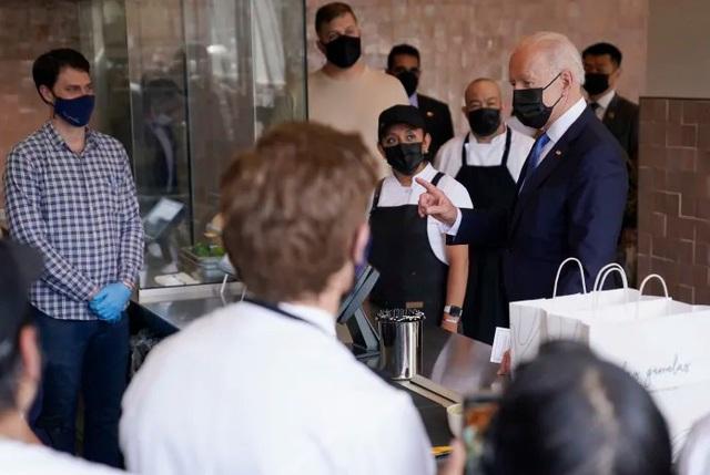 Tổng thống Mỹ Biden bất ngờ thăm nhà hàng ở Washington - Ảnh 1.