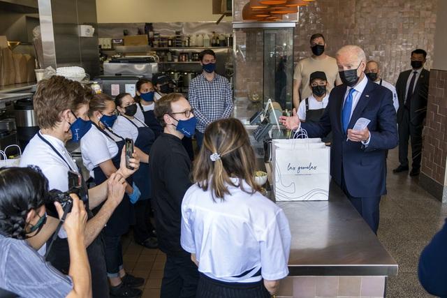 Tổng thống Mỹ Biden bất ngờ thăm nhà hàng ở Washington - Ảnh 2.