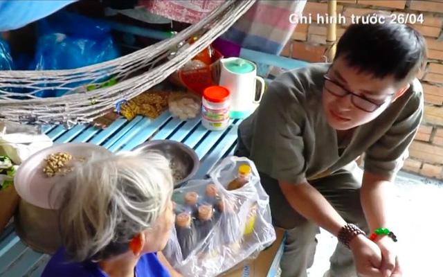 Việc tử tế: Chàng trai đều đặn phát lương cho người nghèo - Ảnh 1.