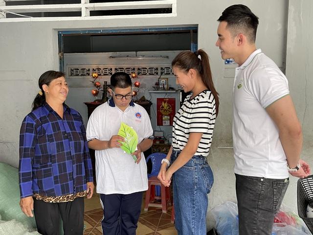 Diễn viên Thúy Diễm thử nhặt rác, xúc động trước hoàn cảnh 3 mẹ con sống bằng nghề thu mua phế liệu tại Tiền Giang - Ảnh 1.