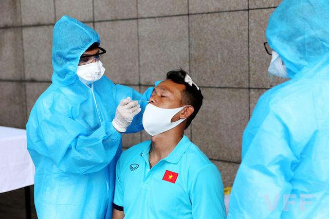 ĐT Việt Nam hội quân, khẩn trương xét nghiệm COVID-19 - Ảnh 2.