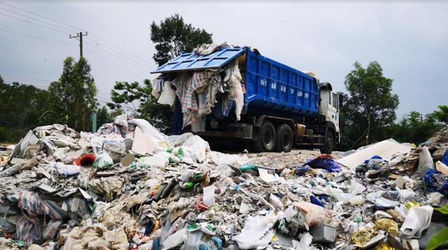 Bắt quả tang xe tải đổ trộm chất thải - Ảnh 1.