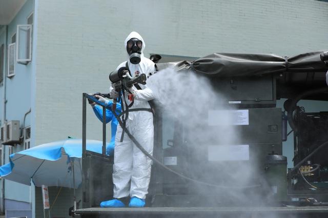 Binh chủng hóa học khử khuẩn tại Bệnh viện K Tân Triều - Ảnh 4.