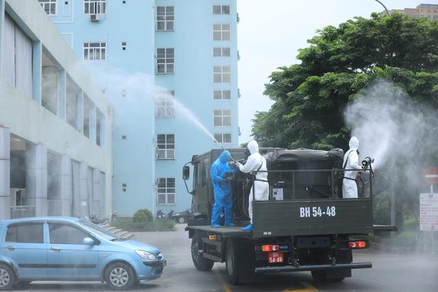 Binh chủng hóa học khử khuẩn tại Bệnh viện K Tân Triều - Ảnh 1.